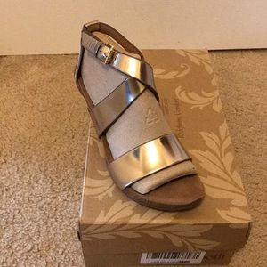 Sofft Vita Warm Gold wedge sandals